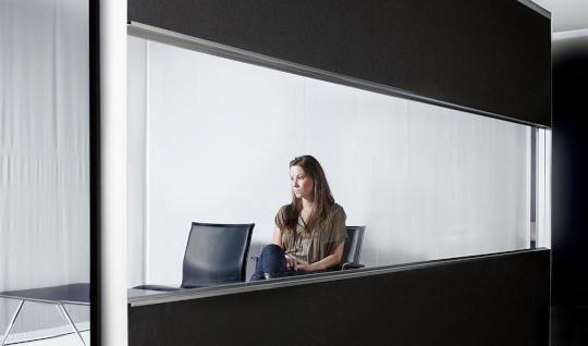 Akuwall 80 er den ultimative skærmvæg til at opdele åbne kontorlandskaber i sektioner.