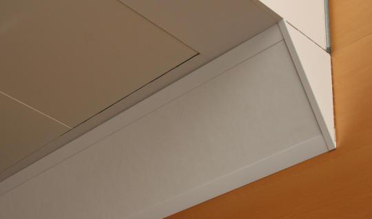 """AKUCORNER er en """"hjørne absorbent"""". Produktet placeres skråt i hjørnet mellem væg og loft."""